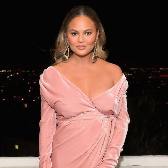 Chrissy Teigen is back on Twitter just few days after decided to stay away from over negativity.